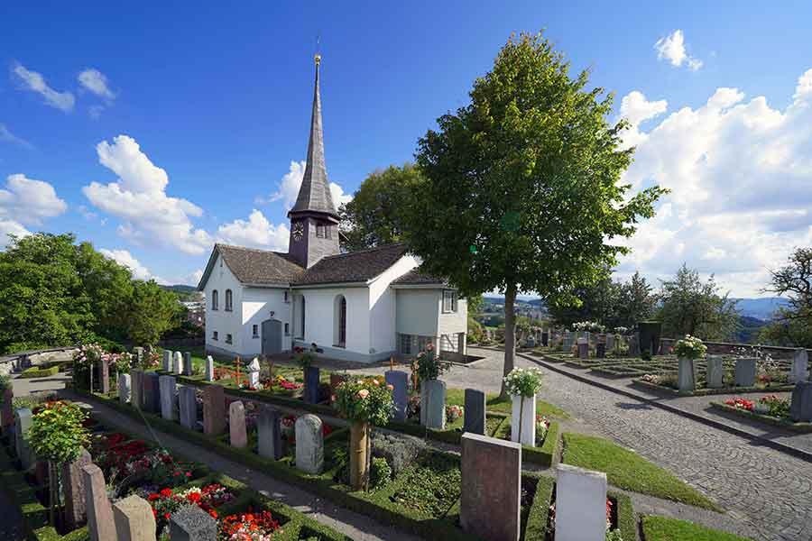 Die Otmarskirche von Witikon steht an schöner Aussichtslage