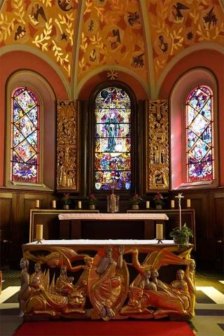 Auf dem mittleren Chorfenster der Pfarrkirche Sankt Otmar in Broc ist der heilige Otmar dargestellt