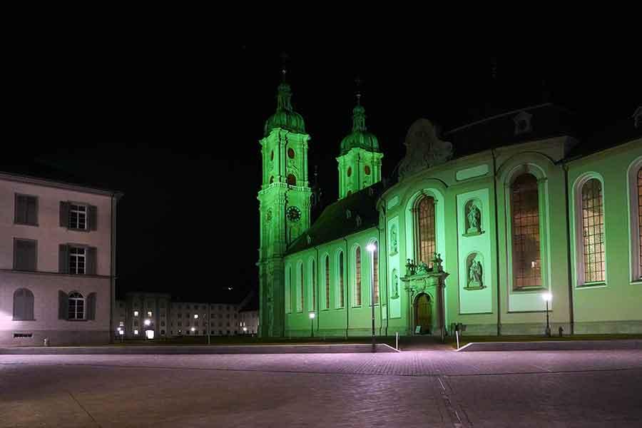 Die St.Galler Kathedrale Sankt Gallus und Otmar wird im Rahmen der Global Greening Campaign von Irland Tourismus grün beleuchtet. Der heilige Gallus soll von Irland nach St.Gallen gekommen sein.
